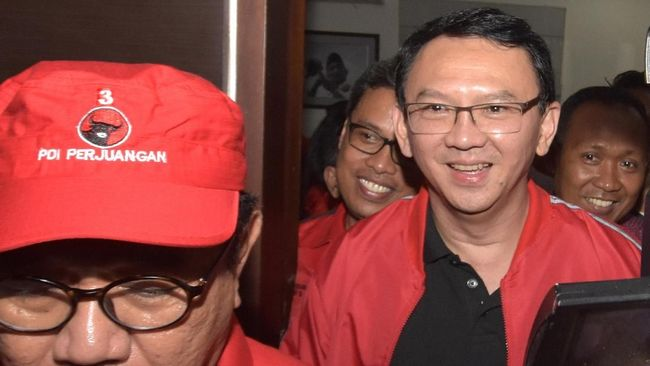 Bergabungnya Ahok juga dipandang sebagai simbol bahwa Jokowi dengan pasangan kiai juga merangkul kaum minoritas.
