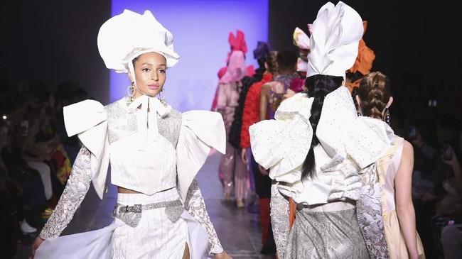 Desainer Indonesia kembali meramaikan panggung mode New York Fashion Week Fall/Winter 2019 di New York. Indonesian Diversity FW19 ini diikuti oleh2Madison Avenue, Alleira Batik, Dian Pelangi and Itang Yunasz. (Yuchen Liao/Getty Images for Indonesian Diversity/AFP)