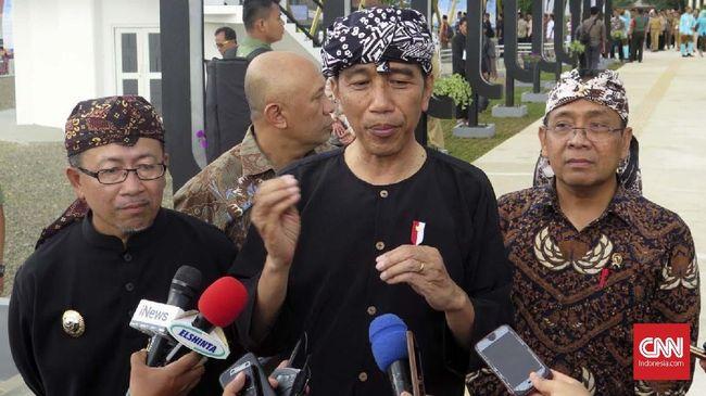Presiden Jokowi menceritakan kepada keluarga penerima manfaat PKH dan BPNT di Cilacap soal bambu sakti yang baru saja ia terima.