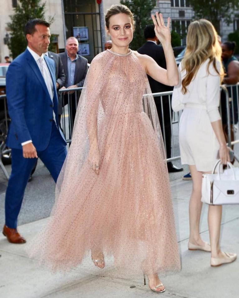 Brie Larson yang sering lekat dengan image kasual dan cuek juga bisa tampil sangat anggun dengan gaun berwarna coral yang cantik.