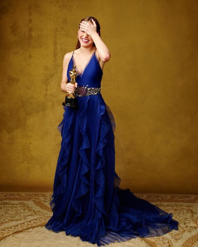 Lewat film Room pula, Brie Larson berasil meraih piala oscar dalam kategori aktris terbaik. Dengan gaun berwarna biru tua ini, Brie terlihat sangat cantik saat malam paling membahagiakan buatnya itu.