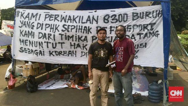 Puluhan korban PHK PT Freeport menginap di depan istana untuk menyuarakan tuntutan mereka, salah satunya, berdialog dengan Presiden Joko Widodo.