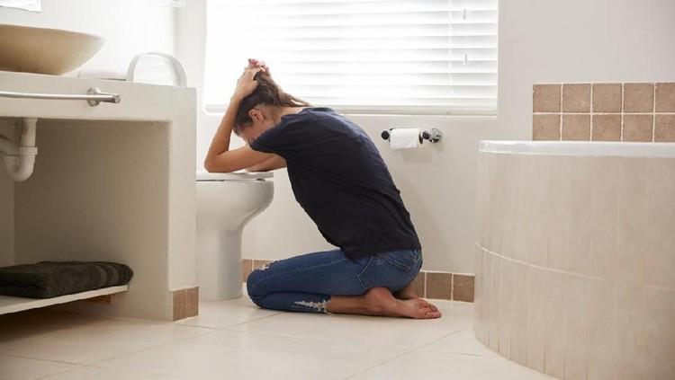 Karena berbagai sebab, beberapa orang bisa mengalami muntah. Begini cara rumahan mengatasinya.