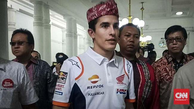 Juara dunia MotoGP lima kali, Marc Marquez mengunjungi Bandung dan ia mengenakan iket sunda dalam kunjungan tersebut.