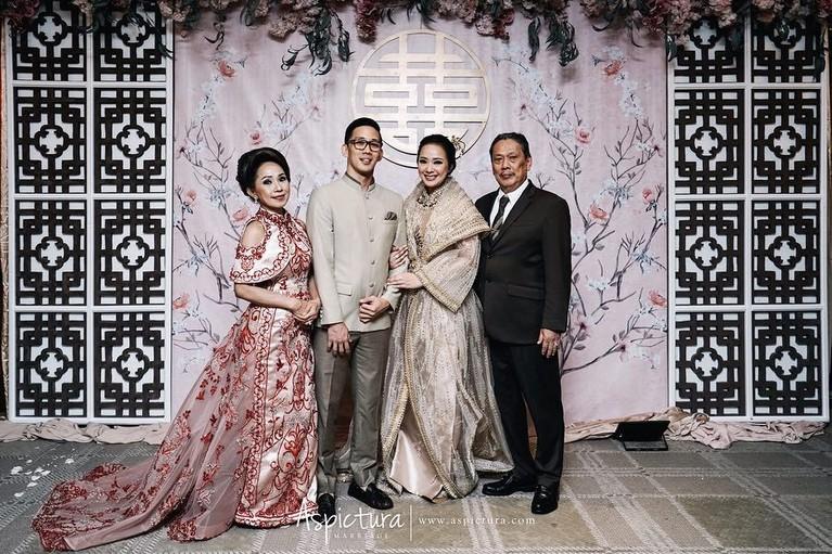 Berbeda dengan tamu, keluarga Yuanita dan Indra memakai busana lebih kasual untuk momen seserahan dari budaya Tionghoa ini.