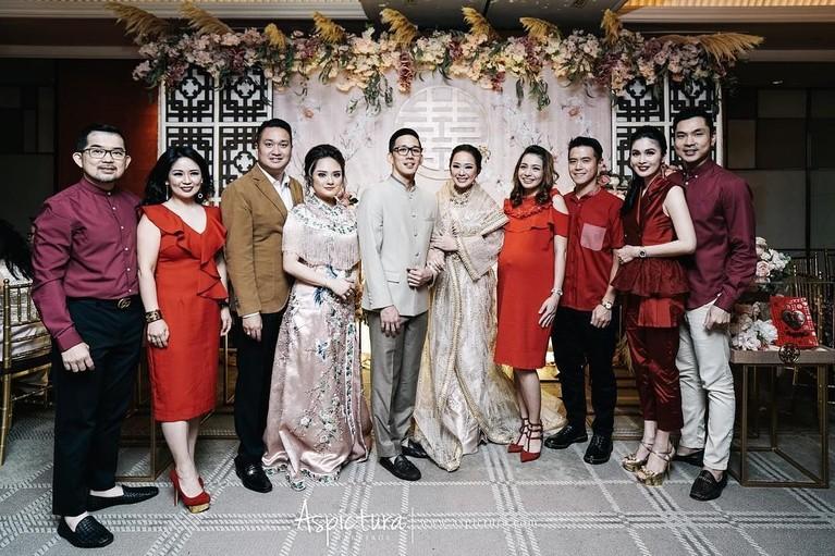 Tak hanya keluarga, Yuanita Christiani juga mengundang beberapa sahabat dari kalangan selebriti seperti Sandra Dewi dan Maya Septha.