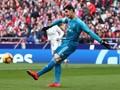 Courtois Dilempari Fan Atletico Tikus Mainan di Derby Madrid