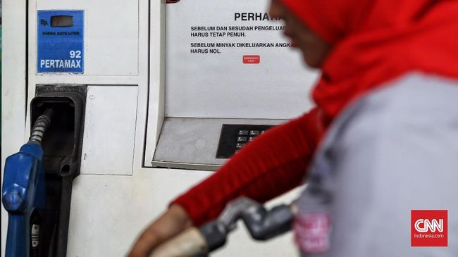Petugas mengisi BBM  kepada pengendara di SPBU Kuningan, Jakarta, 10 Februari 2019. Untuk wilayah Jakarta kini, harga BBM nonsubsidi Pertamax Turbo turun dari Rp12.000 menjadi Rp11.200 per liter, Dexlite turun dari Rp10.300 menjadi Rp10.200 per liter, Dex turun dari Rp11.750 menjadi Rp11.700 per liter. (CNN Indonesia/ Hesti Rika)