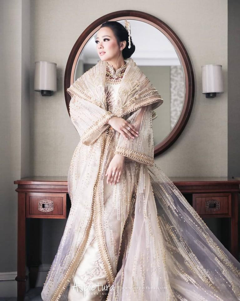 Dalam sebuah foto, Yuanita menuliskan jika gaun krem yang digunakannya merupakan rancangan Soko Wiyanto. Kecantikan artis 32 tahun ini semakin terpancar dalam tata rias kunso.
