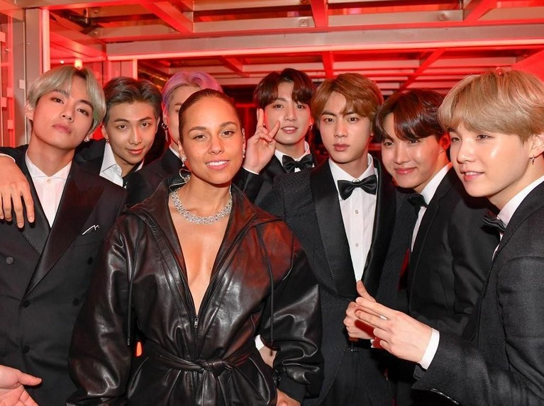 Selain Lili, BTS juga berfoto bersama sang pembawa acara Grammy Awards 2019, Alicia Keys. Mana nih momen yang paling tak terlupakan menurut Insertizen?