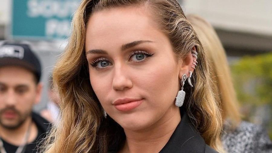 Cara Miley Cyrus Mendukung Sang Suami yang Sedang Sakit