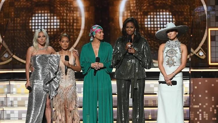 Kehadiran Michelle Obama, menjadi kejutan di Grammy Award 2019. Intip yuk keseruan mantan first lady Amerika satu ini.