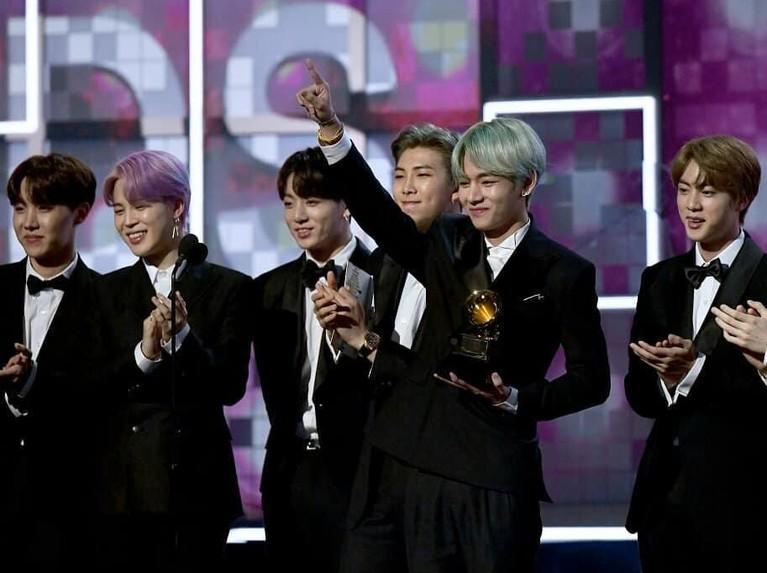Selain menjadi bintang tamu, BTS juga ditunjuk untuk membawakan nominasi dalam kategori Best R&B Album dalam ajang Grammy Awards 2019.