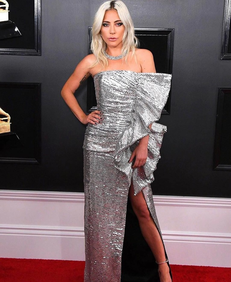 Berhasil memenangkan tiga kategori dalam Grammy Awards, Lady Gaga tampil cantik dengan gaun berwarna silver dengan side rufflesnya yang membuatnya semakin glamour.