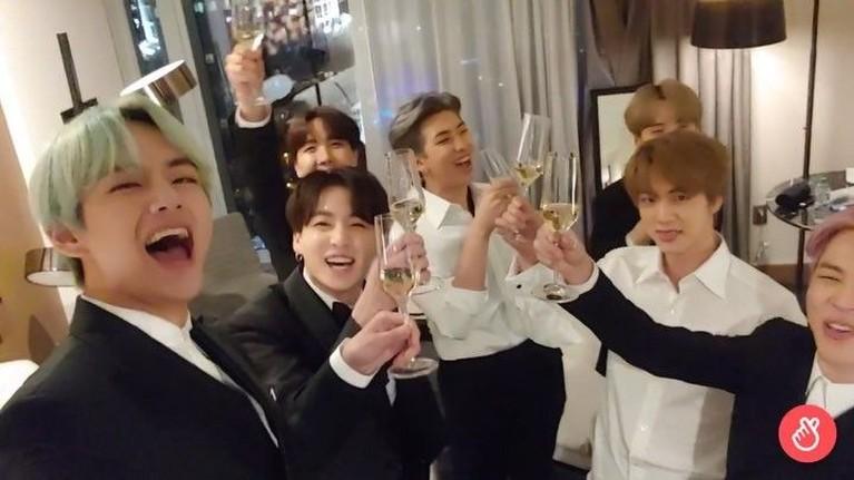 Kegembiraan terlihat jelas di wajah para personel BTS, yang sedang menikmati momen after partyusai Grammy selesai.