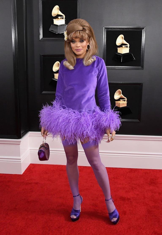 Andra Day menghadiri Grammy Awards dengan mengenakan dressungu dengan aksen bulu-bulu di bagian pahanya. Gaun ini lebih cocok dipakai untuk pesta kostum dibanding untuk menghadiri sebuah acara penghargaan musik.