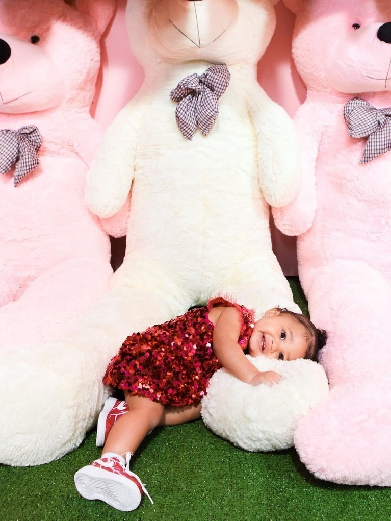 Potret lucu Stormi dengan boneka beruang besarnya. Tak hanya satu, ada beberapa boneka raksasa berwarna putih dan merah muda.