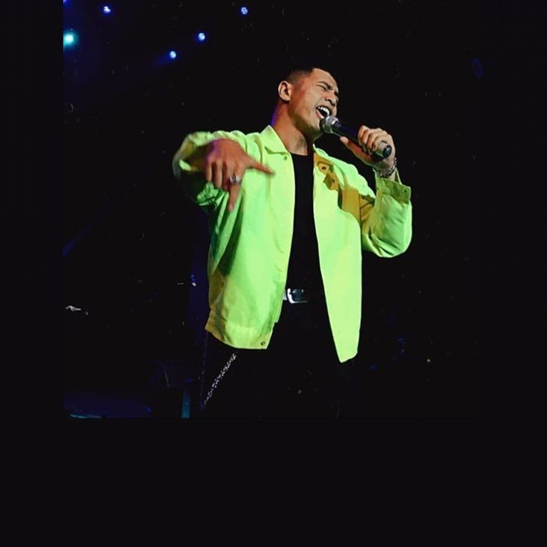 Penampilan Yusuf Ubay di atas panggung dengan jaket berwarnaneon ini keren banget ya!
