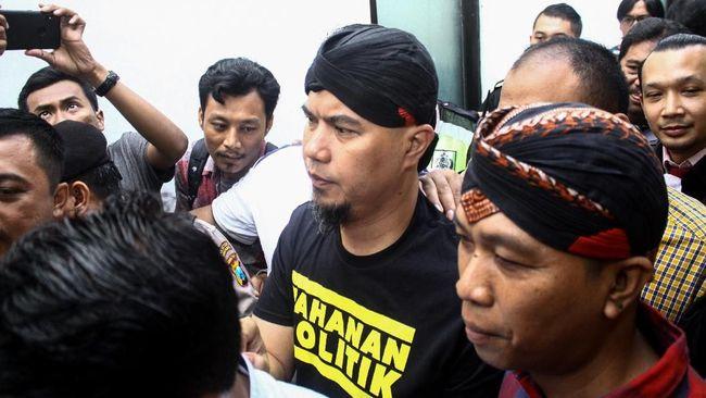Ahmad Dhani Prasetyo menulis surat kepada ibunya menjelang sidang kasus pencemaran nama baik di Surabaya, Jawa Timur. Surat itu ditulisnya saat di penjara.
