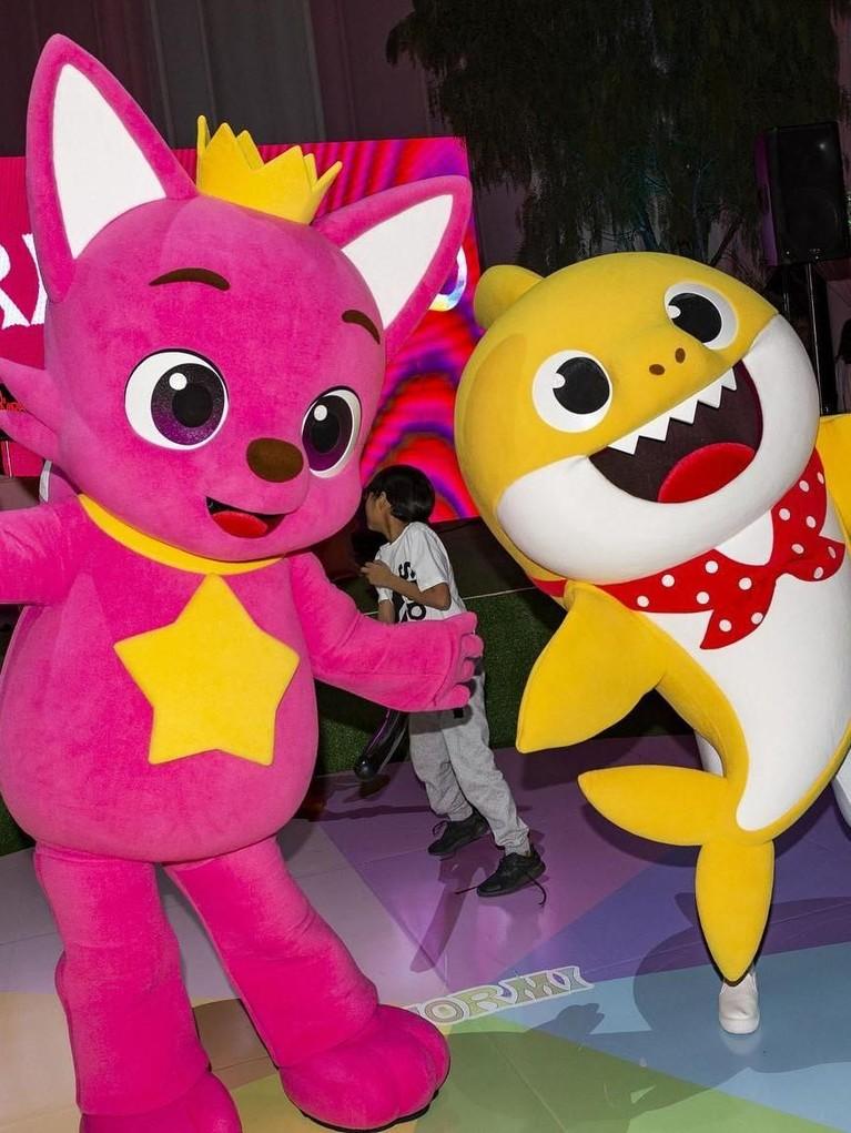 Ulang tahun pertama ini dimeriahkan dengan aksi Baby Shark Dance.Stormi dan kedua orang tuanya ikut menari bersama.