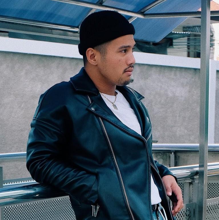 Gaya cool Yusuf Ubay dengan jaket kulit dan topi ini bikin hati kesemsem.