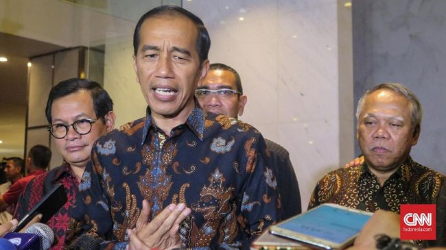 Presiden Joko Widodo meminta para kepala daerah untuk memudahkan perizinan kepada investor yang ingin membangun industri pengelolaan di daerahnya masing-masing.
