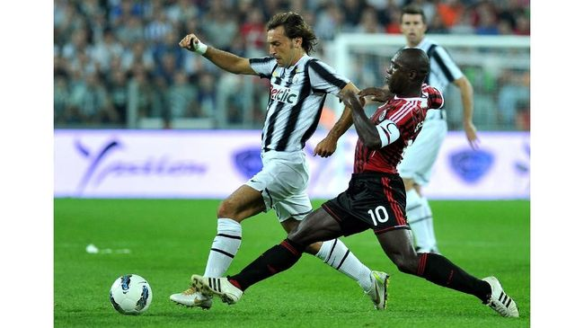 Juventus' midfielder Andrea Pirlo (L) vies for the ball with AC Milan's Dutch midfielder Clarence Seedorf during the A series football match between Juventus and AC Milan, on October 2, 2011, at the Juventus stadium in Turin. AFP PHOTO / OLIVIER MORIN (Photo by OLIVIER MORIN / AFP)