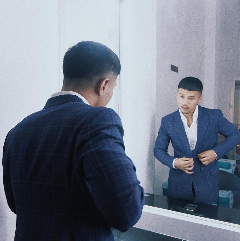 Gaya kece Yusuf Ubay saat mengenakan setelan jas rapih, siapa yang nggak luluh nih?