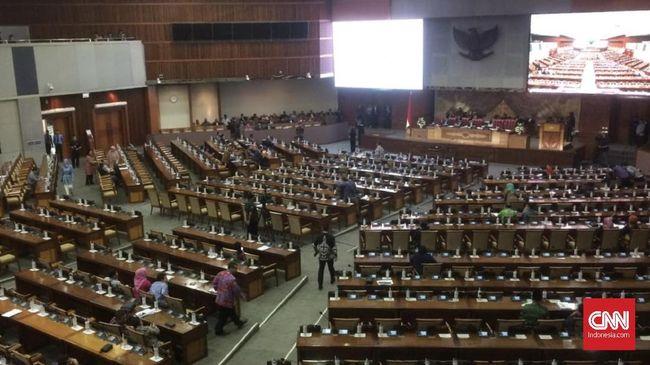 Sempat kurang dari separuh anggota DPR yang hadir, pimpinan rapat kemudian menyebut ada 281 anggota DPR yang hadir atau lebih dari separuh dari total anggota.