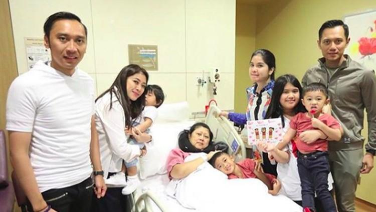 Orang tua sakit, semua anak pasti sedih dan sebisa mungkin merawat serta memberi dukungan. Sepeti halnya anak-anak Ani Yudhoyono.