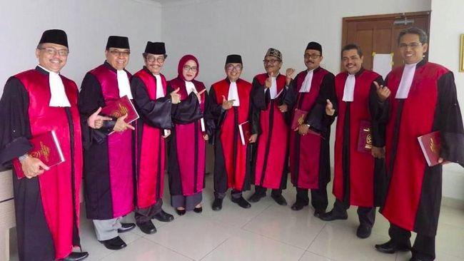 Pengadilan Tipikor Jakarta menyebut foto hakim yang mengacungkan ibu jari dan telunjuk sebatas 'gaya pistol', bukan bentuk dukungan di Pilpres 2019.
