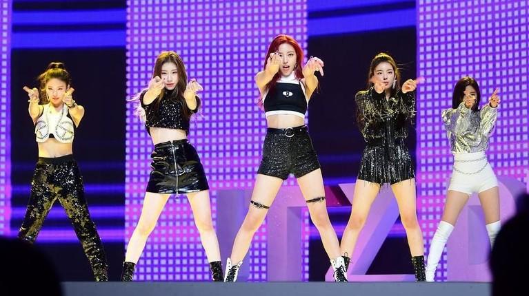 Grup beranggotakan Yuna, Ryujin, Chaeryeong, Lia dan Yeji ini dinilai memiliki aksi koreografi di atas rata-rata.