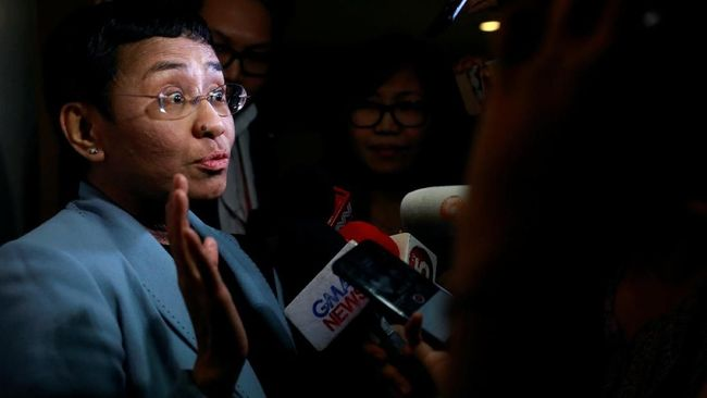 Maria Ressa, bos media yang lantang menyuarakan kritik terhadap pemerintah Filipina, Rappler, menyebut penahanannya pada Rabu (13/2) sebagai parodi peradilan.
