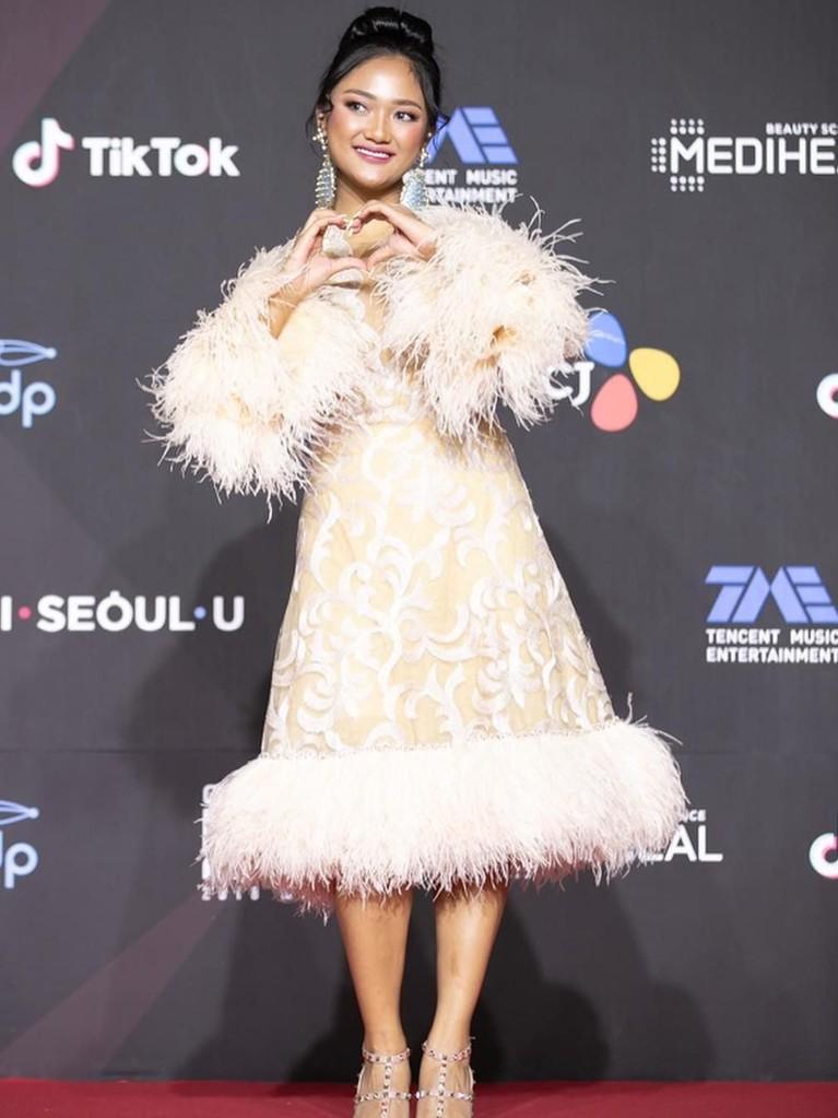 Hadir di acara Mnet Awards 2018 di Korea Selatan, Marion tampil cantik dengan gaun beraksen bulu-bulu.