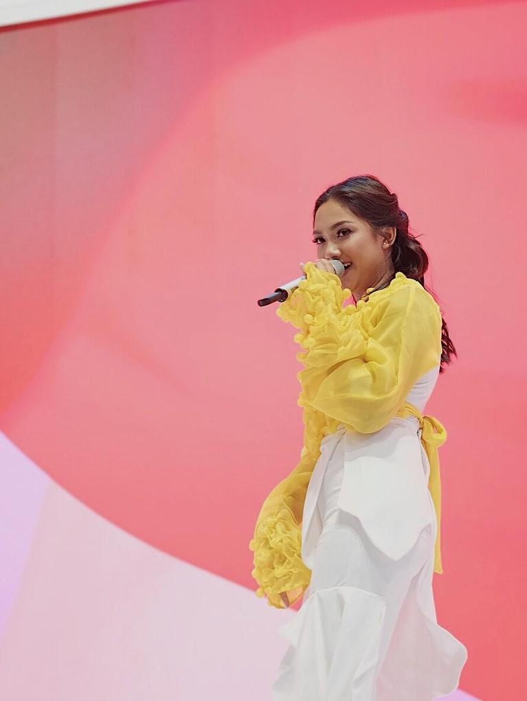 Tampil di ICE Indonesia, Tangerang, Marion tampil dengan atasan panjang berwarna kuning dan celana putihnya.