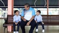 <p>Airlangga dan Sakti, kedua cucu laki-laki yang memberi hiburan kepada Pepo (panggilan kakek untuk SBY). (Foto: Facebook/ AniYudhoyono.official)</p>
