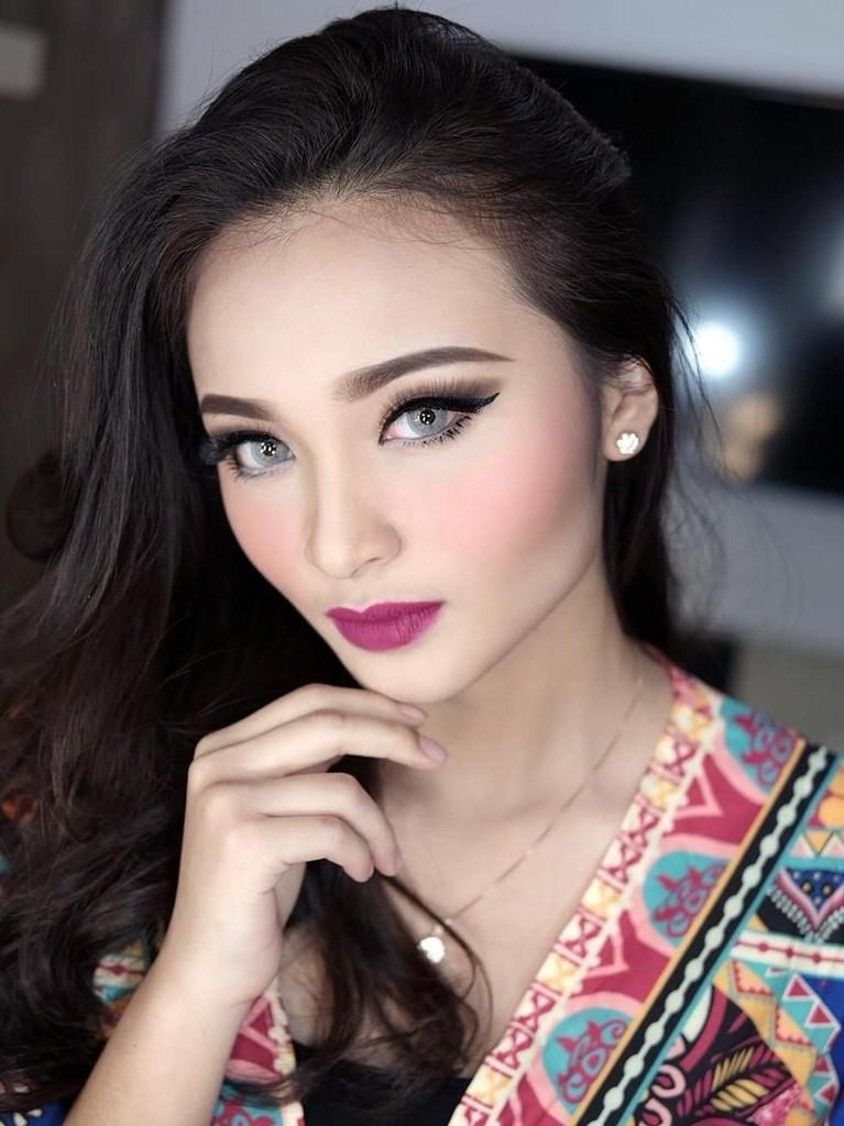 Sangat anggun dengan baju batik dan balutan make up di wajahnya.