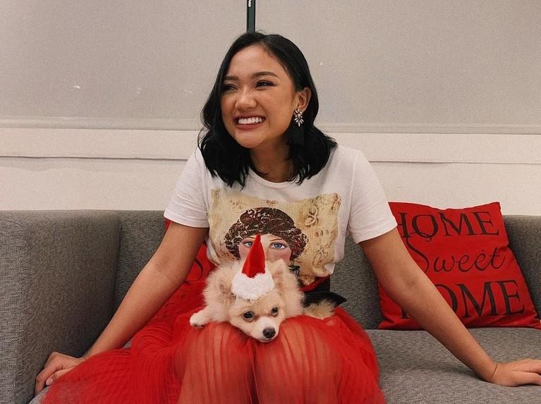 Coba deh kalau sudah senyum begini, Marion semakin cantik kan? Gaya girly Marion kenakan kaus yang dipadukan dengan rok merahnya.