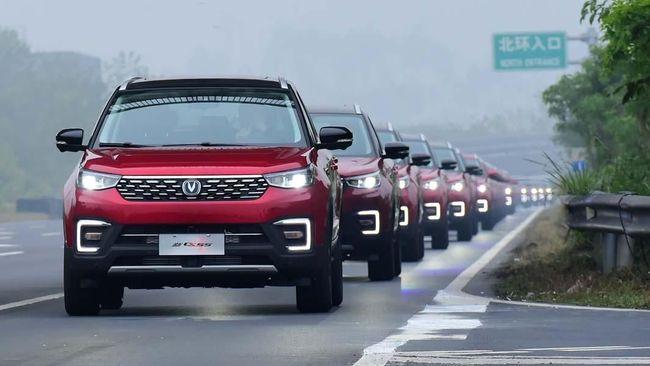 """Chongqing Changan Automobile mendapatkan gelar """"Parade Mobil Otonom Terbesar"""" dari Guinness World Records."""
