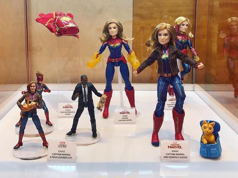 Para pemain juga membawa miniatur dari beberapa karakter dari filmCaptain Marvel. Insertizen siapa nih yang nggak sabar nonton filmnya?