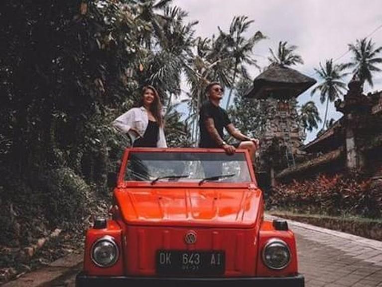 Syamsir Alam dan Maria Selena naik mobil VW Safari dan dimanjakan dengan pemandangan persawahan dan pepohonan hijau menuju tempat point rafting.