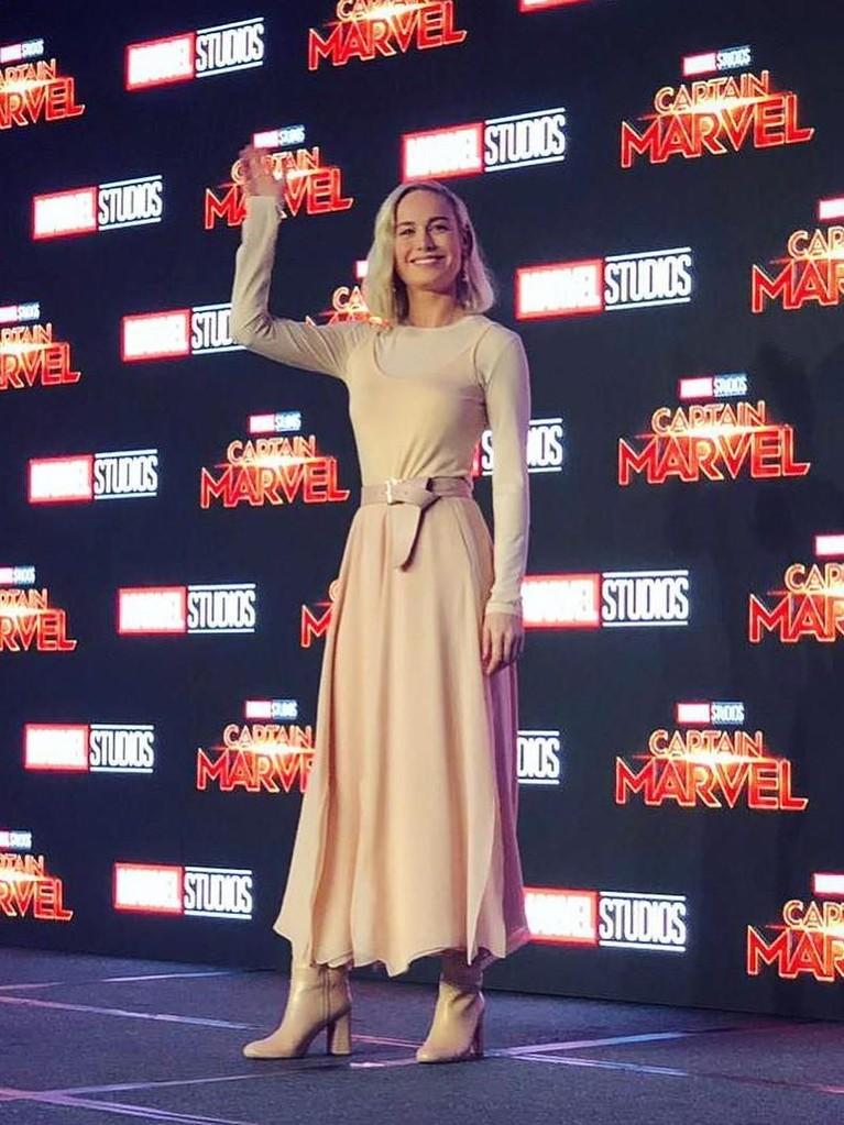 Lambaian tangan sang pemain utama, Brie Larson. Aktris cantik ini akan memerankan pahlawan super Captain Marvel atau Carol Danvers.