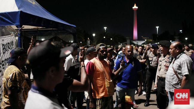 Sedikitnya 35 orang eks pekerja PT Freeport Indonesia diangkut ke Polda Metro Jaya dengan dua mobil tahanan