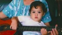 <p>Sepertinya dari bayi Al sudah ingin jadi musisi, Bun. Lihat, Al kecil sudah siap pegang gitar. He-he-he. (Foto: Instagram/alghazali7)</p>
