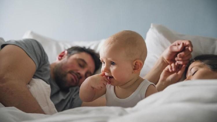 Si kecil masih bayi dan tidur sekamar dengan Ayah-Bunda. Bila Bunda mau 'ehem', nggak perlu khawatir kok. He-he-he.