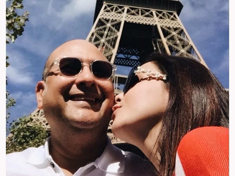 Ciuman manis dari Maia Estianty kepada sang suami, Irwan Musry, di depan Menara Eiffel, Paris. Duh romantis banget kan Insertizen?