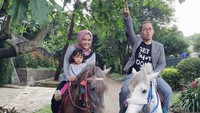 <p>Wah, asik nih naik kuda bareng anak dan istri. Seru banget ya, Bun. (Foto: Instagram @achmadzaky)</p>