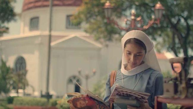 'Ave Maryam' mengangkat kisah cinta rumit antara seorang biarawati dan romo Katolik. Bertutur lambat, film ini berhasil memberi warna baru di Indonesia.