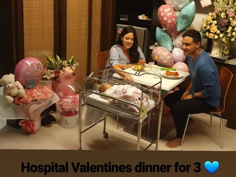 Baru melahirkan pada Selasa (12/2), pasangan Raisa dan Hamish harus melewatkan momen Valentine di rumah sakit bersama putri kecilnya,Zalina Raine Wylie.