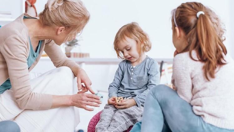 Anak cenderung pasif dan pemalu menghadapi orang baru? Enggak usah pusing, Bun, karena bisa diatasi dengan mudah.